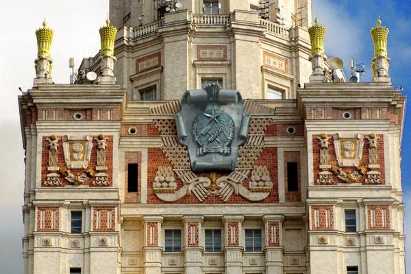 Az ún Rákosi címer egy Sztálin-barokk toronyházon (fantáziarajz)