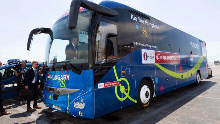 Az év buszával közlekedik a magyar válogatott a foci Eb-n