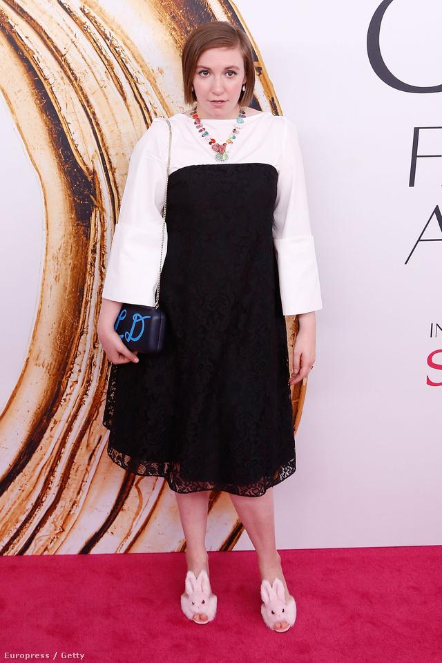 A Csajokból ismert Lena Dunham nem először kerül fel a rosszul öltözött celebek listájára. Ebben a Creatures of the Wind egyrészesben viszont úgy fest, mint aki ráhúzott volna egy csipkeszoknyát a fehér blúza fölé.