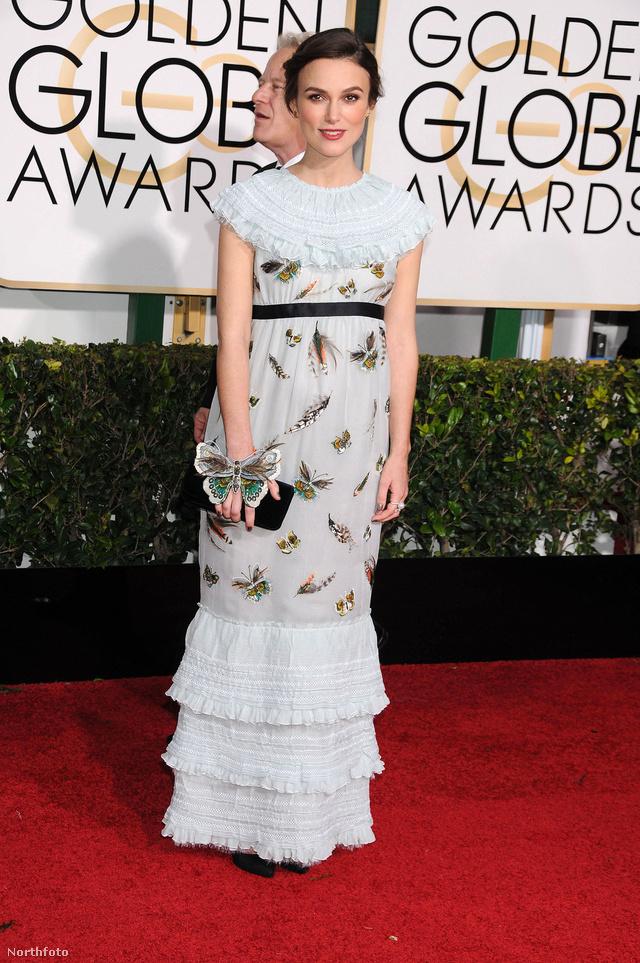 Keira Knightley állapotosan viselte ezt a bogarakkal díszített világoskék Chanel ruhát a 72.Golden Globe-díjátadón Los Angelesben.
