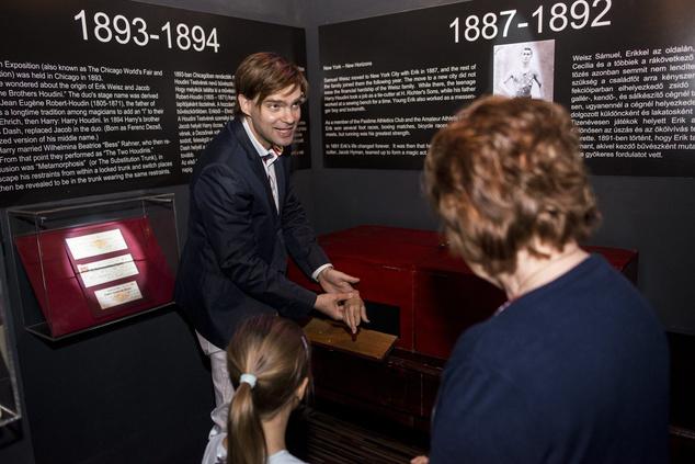 David Merlini szabadulómûvész a The House of Houdini múzeum alapítója a magyar származású világhírû szabadulómûvész Harry Houdini relikviáit bemutató múzeum megnyitóján