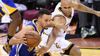 Curry embertelen formája sok volt LeBronéknak