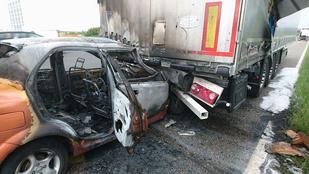 Kamion alá szorult és kigyulladt egy autó az M7-esen