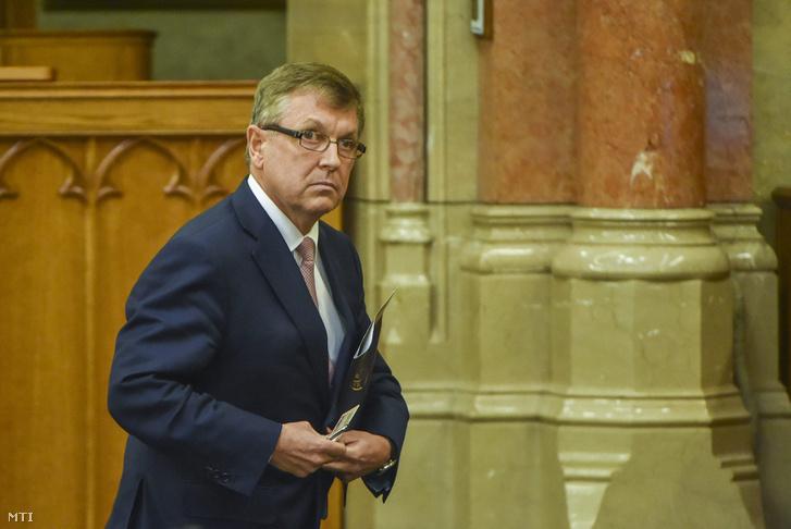 Matolcsy György az Országgyűlés plenáris ülésén 2016. május 17-én.