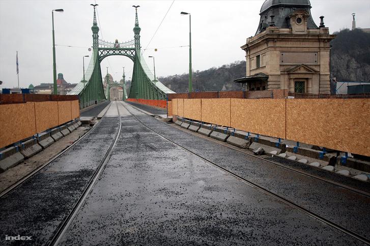 A Szabadság híd korábbi felújítása idején.