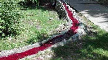 Piros lett a patak, ami a Dunába ömlik