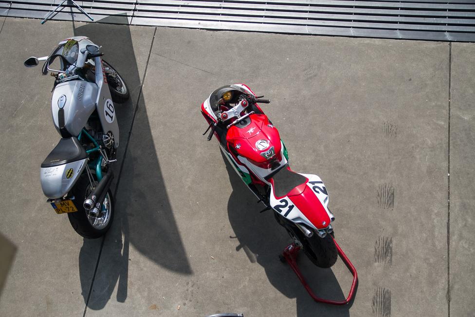 Olasz motorok egymás közöttl. A bal oldali egy Ducati Sport Classic 1000, abból is a Paul Smart Limited Edition. Ezzel a modellel tisztelgett az olasz gyártó a legendás pilótája előtt, aki 1972-ben a 750-es Imola Desmo versenymotorral megnyerte az Imola 200-at. A formáért a legendás tervező, Pierre Terblanche felelt. Ennél a konkrét példánynál a tulajdonos még tovább ment a rajongásban, és az eredeti félidomot némileg kiegészítette, hogy még jobban hasonlítson Paul Smart régi versenygépére, és elférjen rajta a híres versenyző rajtszáma. Ez a kép egyben némileg spoileres, ugyanis a farokidomon még meg sem száradt rendesen Paul Smart aláírása.                         A másik motor egy MV Agusta F4, ami szinténremekmű, Massimo Tamburini volt a tervezője.