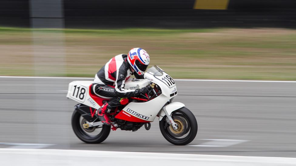 A Ducati 851 előtti korszakból nem sok ritkább csoda van, mint a Ducati Santa Monica 750, 1988-ból. A Ducati F1 utolsó évjáratos limitált kiadása volt, mindössze 200 darabot gyártottak belőle - F1-ből összesen 2600 készült. Aukciókon 8-10 millió forint körüli összegekért mennek mostanában.