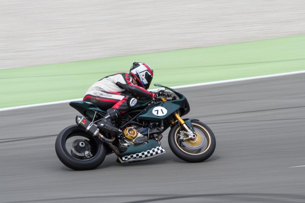 Felismerni könnyű, pontosan beazonosítani viszont nagyon nehéz a Radical Ducatikat. Ha jól látom, ebben egy Monster 1100 EVO blokkja van, de ennél a pontnál véget is ér a tudományom. Viszont valóban nagyon radikális volt, hely alig van rajta, egy Yamaha R6 dívány hozzá képest.