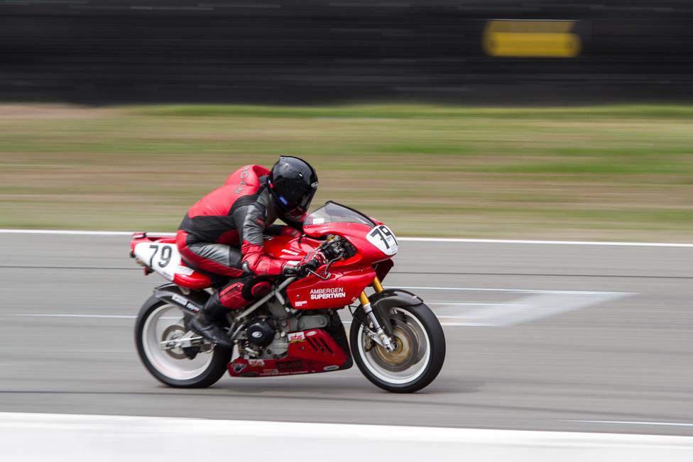 Az Ambergen Racing Ducati Super Twinje egy 2002-es 900 SS-en alapul, és őrületesen szépen ment.