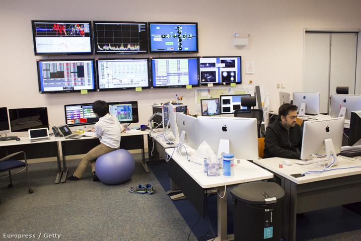 Kutatók elemzik az adatokat a LIGO laborban