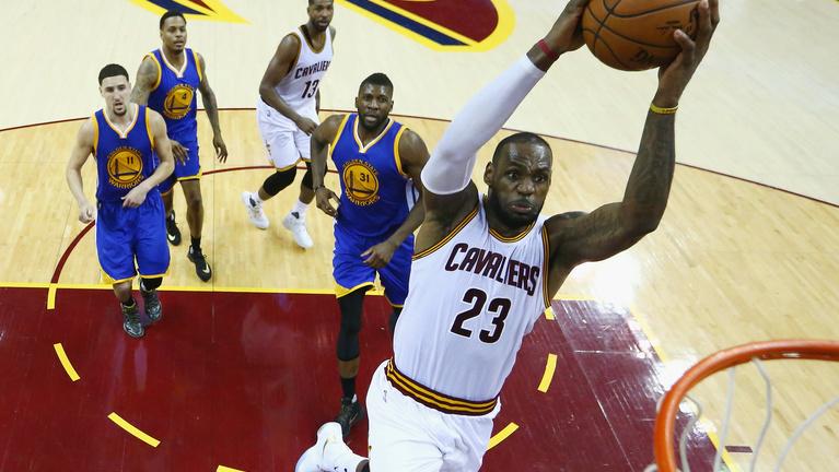 LeBron hetedik meccsre mentette az NBA-döntőt, Curryt kiállították