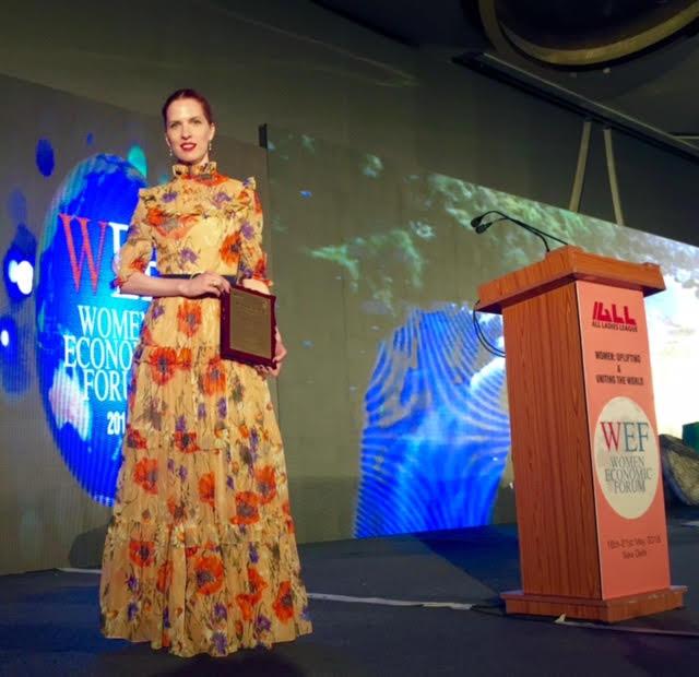A Woman Economic Forum színpadán a díjjal