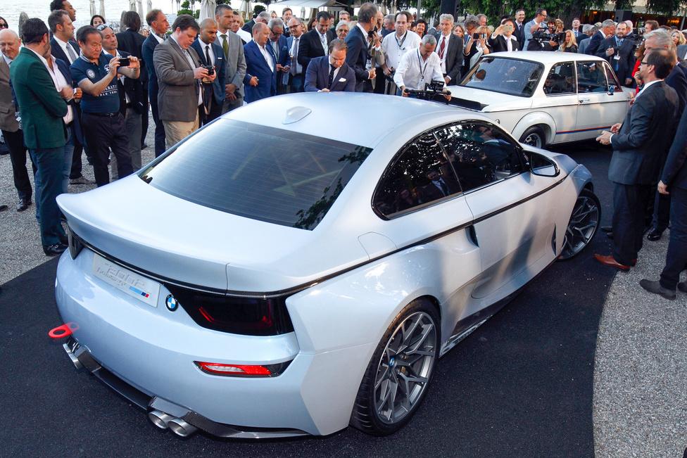 A BMW minden évben bemutat itt valamilyen, a cég történetének valamely fontos típusát idéző tanulmányt. Idén a 2002 Hommage volt soron, amely egy eredeti 2002 turbóval együtt vonult be péntek este. Ötvenéves a 2002!