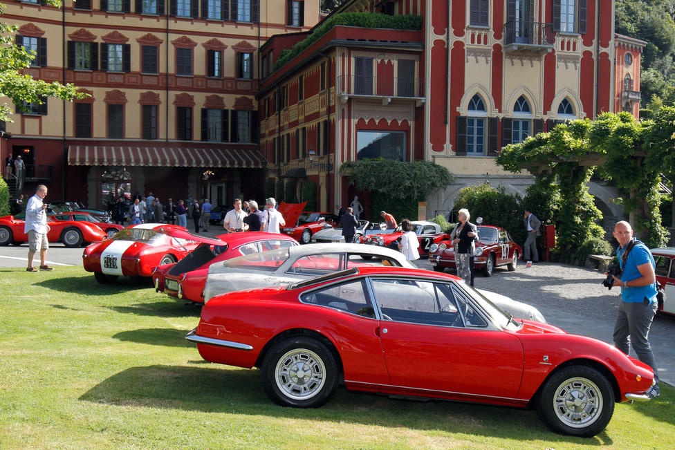 Tülekedés a Comói-tó mellett. Szombat reggel mindenki igyekszik mindent körbefotózni, amíg nincs nagy tömeg. Elöl a Fiat Moretti 850 Sportiva SS. Nagyon jó, hogy a luxuskocsik mellett az aprócska sportgépek is szerepelhetnek – a 903 köbcentis Moretti formáját szokás a Fiat Dino Spiderhez hasonlítani, pedig ezt kilenc hónappal korábban mutatták be 1968-ban