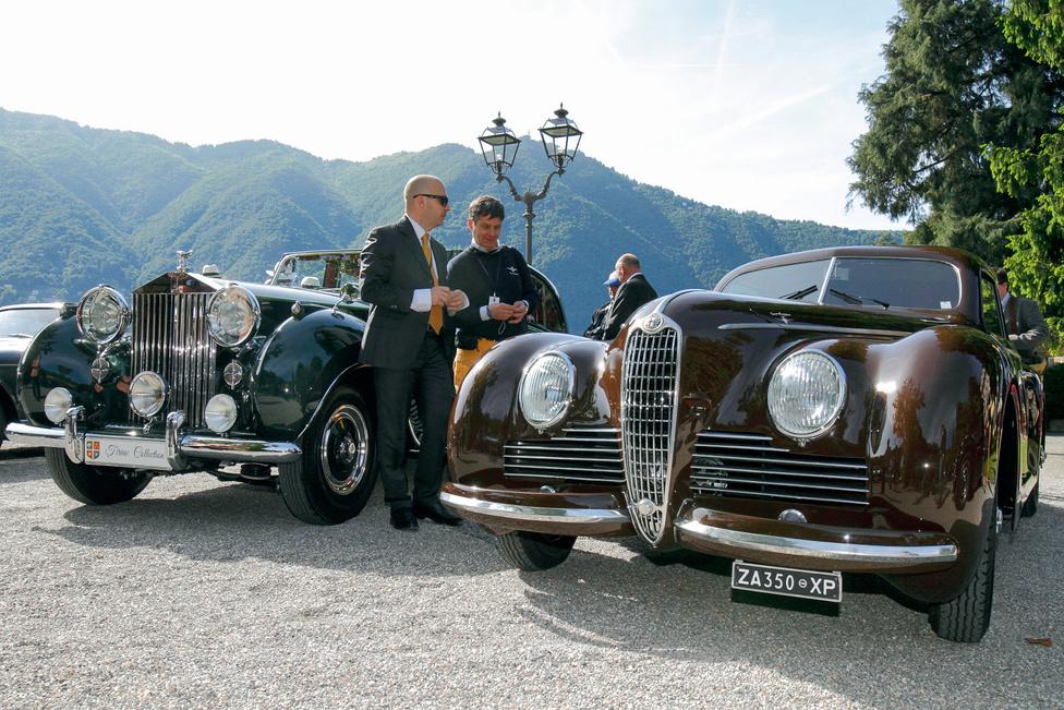 A jobb oldali kocsi a már említett Alfa Romeo 6C 2500 Sport, mellette Ion Tiriac, az egykori teniszező és menedzser Rolls-Royce Phantom IV típusú gépe áll. Talán ez a valaha készült legexkluzívabb Rolls, a sorozatban csak 17 példány épült 1950-1956 között. Valamennyit soros nyolchengeres motor hajtotta, a vevők uralkodók, királyi családok voltak – öt autó a brit udvarba került. Ez a kocsi az egyetlen, amely Hooper gyártmányú Sedanca de Ville karosszériát visel, egykor Aga Khan tulajdona volt. Kategóriájában második lett, emellett elnyerte a legelegánsabb Rolls-Royce díját