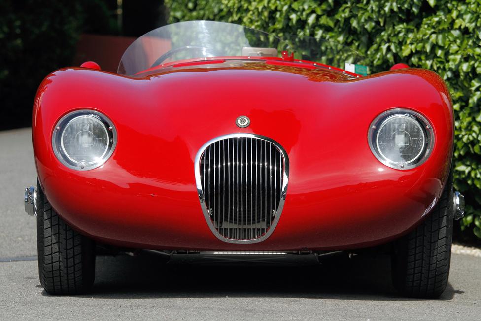 Az 1952-ben készült Jaguar C-Type jelenlegi tulajdonosa a sokszor átépített kocsihoz vásárolt még egyet, plusz egy replikát és egy versenymotorcsónakot is, hogy a világban szanaszét szóródott eredeti alkatrészeket összegyűjthesse, majd összelegózza belőlük a képen látható szépséget