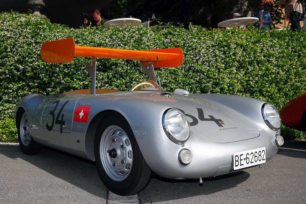 Amikor a kicsi felfalja a nála sokkal nagyobbat…már ha hagyják. Michael May, a svájci mérnök és autóversenyző híres volt műszaki megoldásairól, fejlesztéseiről. Mindenki másnál hamarabb végzett teszteket állítható spoilerekkel. A fura szárnnyal ellátott Porsche 550 RS olyan köridőket ment a Nürburgringi edzésen 1956-ban, hogy a többi versenyző óvott – a rossz kilátásra hivatkoztak, de valószínűleg inkább a sebességkülönbség lehetett a döntő – végül nem indulhatott a kocsi. May később a Ferrari tanácsadójaként vitte sikerre a szárnyakat a Forma-1-ben