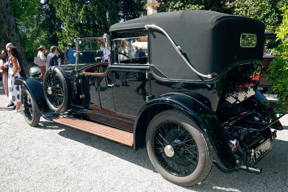 A mezőny legöregebb tagja az 1920-as Delage CO 4 1/2 litre. Salamanca stílusú felépítményt visel, azaz a sofőr felett egyáltalán nincs fedél, az utasok viszont választhatnak a felhúzott, teljes értékű vagy a teljesen lehúzott tető között. A karosszéria Louis Gallé műhelyében készült, a kocsi motorja soros, hathengeres, 4524 cm3-es