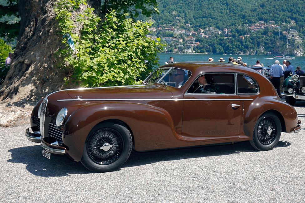 Érdekes történeti adalék színezi az Alfa Romeo 6C 2500 Sport sztoriját – a karosszériát készítő Touring cég a háborús időkben Turinga néven futott, mert Mussolini nem tűrte hazájában az anglicizmus megnyilvánulásait. 1944-ben három 6C 2500 alváz készült, kettő coupé, egy convertible felépítménnyel, svéd megrendelésre. Ez a kocsi 1946-ban hagyta el Itáliát, csak pár éve tért vissza Svédországból