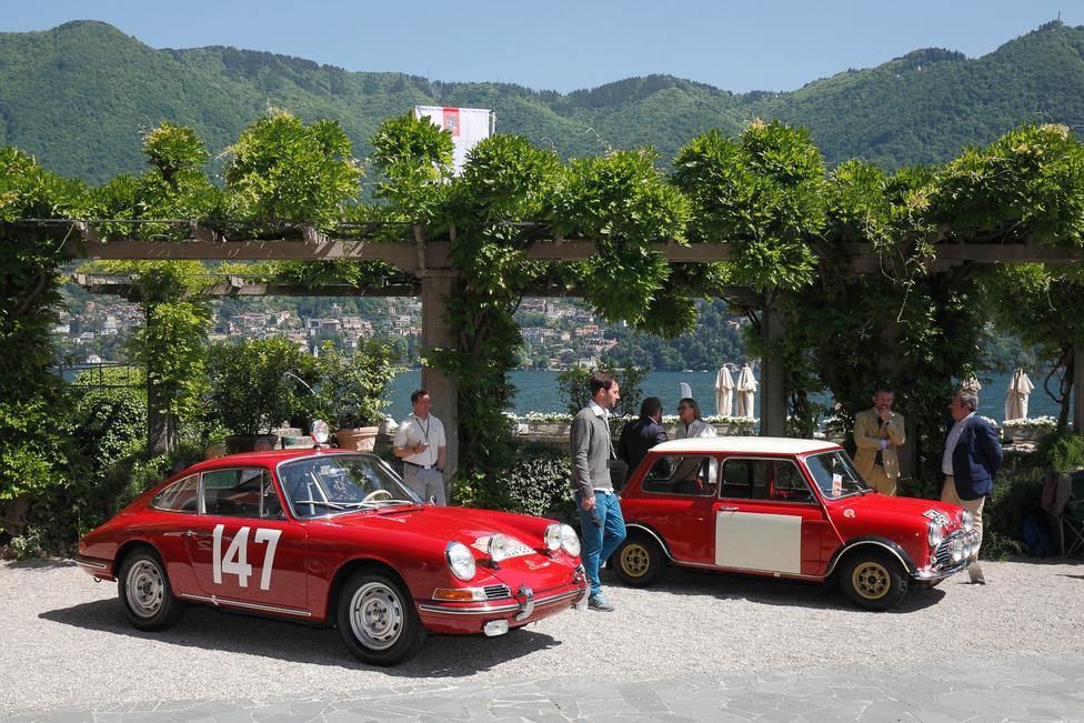 Raliautók megint. Ez az a Porsche, amelyik a legelső győzelmet szerezte a 911 sorozatnak. Eredetileg 901 volt a típusjelzés, de a Peugeot tiltakozása miatt el kellett vetni a középen 0-át használó, három számjegyű jelzéseket – ez a példány a 82 darab legyártott 901-es egyike, 1964-ből. Mellette egy 1965-ös BMC Cooper S – nem Mini, nem Austin, nem Morris, hanem a cégcsoport neve, hogy elkerüljék a márkák közötti irigykedést és egyszerűbbé tegyék a homologizációt. A hírhedt 1966-os Monte Carlo ralin ezt a kocsit is kizárták, de két évvel később bizonyított: Timo Makinen megnyerte vele az 1000 Tó ralit