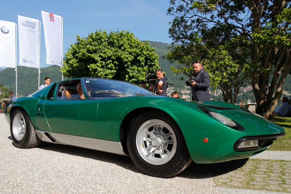 """A """"Trofeo BMW Group Italia"""", azaz a vasárnapi, a Villa Erba parkjában tartott közönségszavazás díját nyerte a Lamborghini Miura P 400 SV. Ez volt az a kocsi, amely a Bertone standon állt az 1971-es Genfi Autószalonon – egyedi darab, mert az előző S széria továbbfejlesztése, de még nem végleges változat, számos részlete eltér a következő SV kiviteltől. Ez az első autó, amelyet a gyár saját, nemrégiben alapított Polo Storico részlegében restauráltak"""
