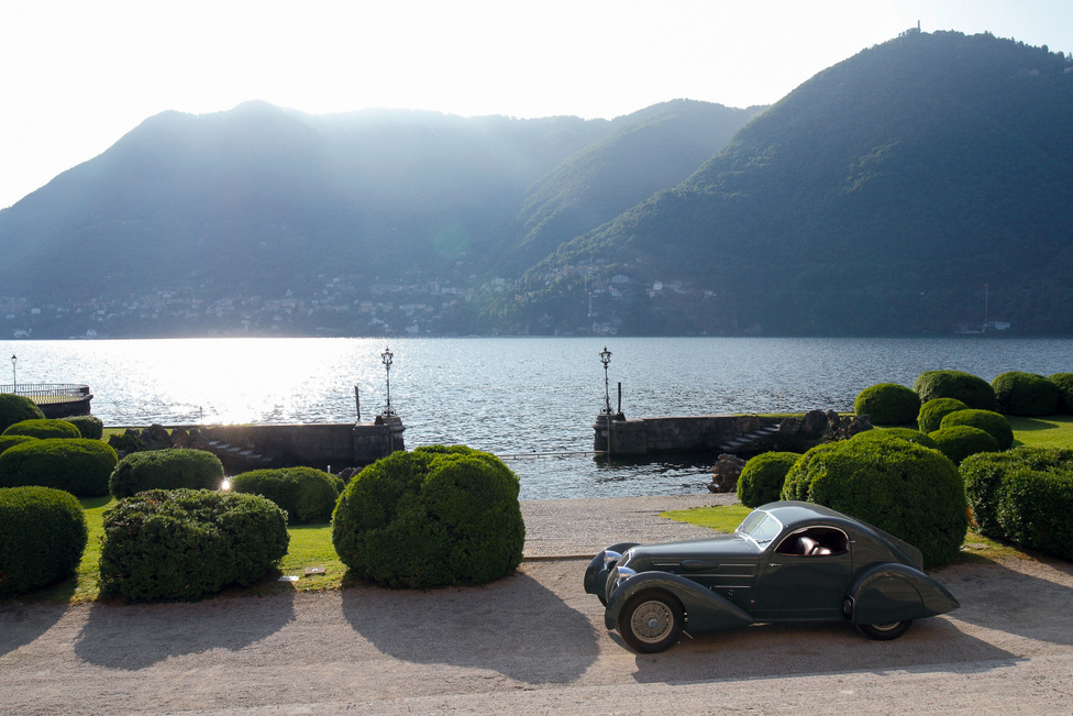A szakmai közönség kedvence, a Lancia Astura még egyszer. Vasárnap reggel adott a lehetőség a fotósok számára, hogy a Villa Visconti (itt töltötte gyermekkorát Luchino Visconti, a híres filmrendező) elé beállítsák kedvenc kocsijaikat, mielőtt elfoglalnák a helyüket a parkban. Háttérben a Comói tó