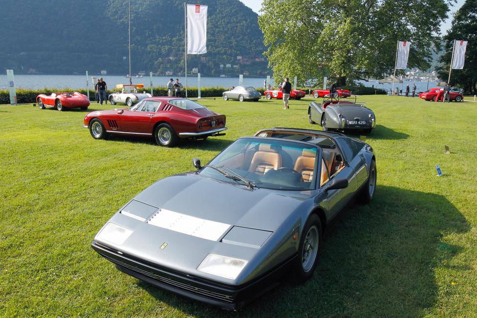 """A nagyközönség számára talán a sztárok kocsijai voltak a legérdekesebbek – itt Clint Eastwood egyedi, kivehető tetejű Ferrari 365 GT/4 Berlinetta Boxere, mögötte balra Steve McQueen Ferrari 275 GTB/4-e, a szürke Jaguar XK 120-ast egykor Clark Gable vezette. A 275 gyárilag barna volt, McQueen """"Chianti Rosso"""" vörösre fényeztette, egy későbbi gazdája pedig kabrióvá alakította – a sok tulajdonost látott kocsi két éve nyerte vissza eredeti formáját"""