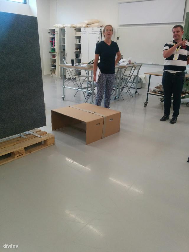 Balra Johanna Jelinek aki megmutatja, mennyire könnyen össze lehet dobni egy asztalt.