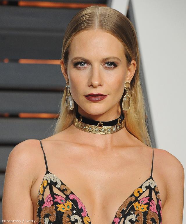 Poppy Delevingne mélyen dekoltált estélyi ruháját tette bohémabbé a chockers nyakláncokkal az idei Vanity Fair Oscar partin.