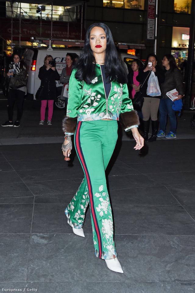 Rihanna fehér hegyes orrú cipővel vette fel a szőrmével kombinált Gucci tréningruhát Manhattanben.