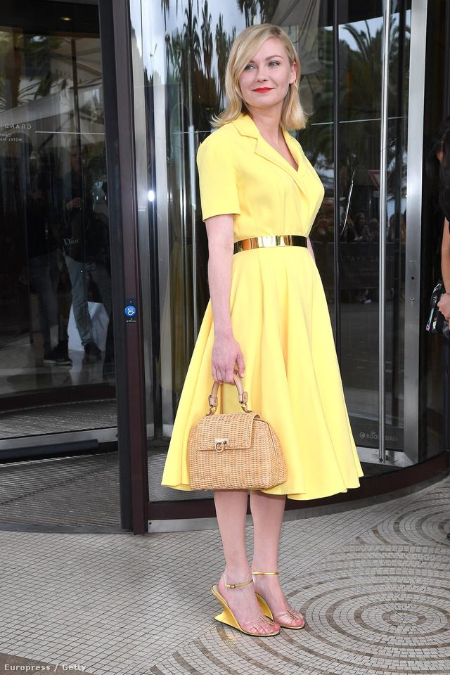 A Grace Kellyre emlékeztető Kirsten Dunst a 69. Cannes-i Filmfesztiválon viselte ezt az arany övvel átfogott sárga ruhát.