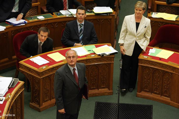 Baka András, a Legfelsőbb Bíróság újonnan megválasztott elnöke leteszi esküjét az Országgyűlés plenáris ülésén. Budapest, 2009.06.22.
