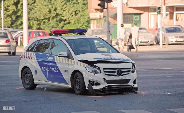 Szirénázva siettek valahova a rendőrök, amikor a Hungária körút és az Egressy út kereszteződésében karamboloztak.