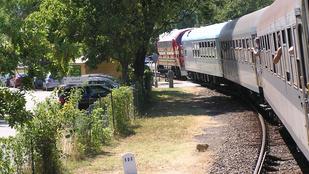Keresik a lányt, aki vonat elé lépett, majd elfutott Debrecenben