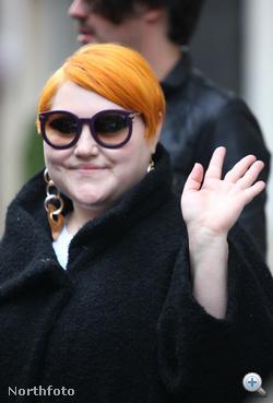 Beth Ditto Párizsba érkezik 2009. november 15-én. Közben kísértetiesen hasonlít Pécsi Ildikó szellemére.