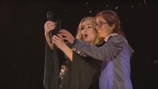 Adele leböfögte egy rajongóját, és ezen éktelen kacajra fakadt