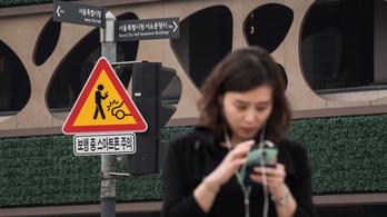 Dél-Koreában már táblákkal figyelmeztetik az utcán mobilozókat