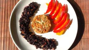 Lazacfasírt feketerizzsel és mézes-chilis paprikával