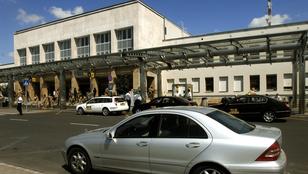 Jelentősen csökkennek a reptéri behajtás és parkolás díjai