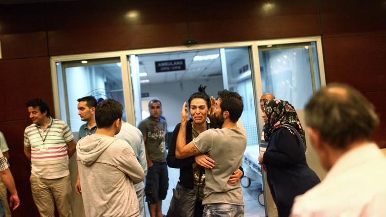 Robbanás és lövöldözés az isztambuli reptéren, 42 halott
