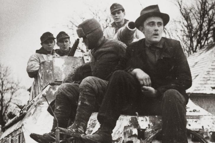A Totenkopf SS-páncéloshadosztály páncélgránátos katonái Bajna térségében, 1945 január. Magyar civil segíti a tájékozódást.