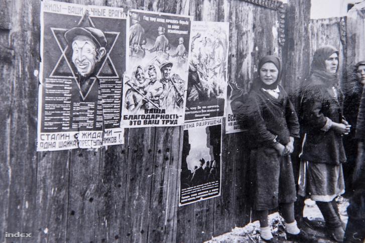 """Bal oldalt az első egy orosz nyelvű antiszemita plakát, felső sora: """"Zsidók – a ti örök ellenségetek"""", alatta a szovjet vezetés tagjainak neve látható, kiemelve hogy mindegyikük zsidó, az alsó sor """"Sztálin és a zsidók - egyforma bűnözők"""". A második plakát felirata: """"Egy évvel ezelőtt kezdődött felszabadításotok – az igazi hála, ha dolgoztok."""""""