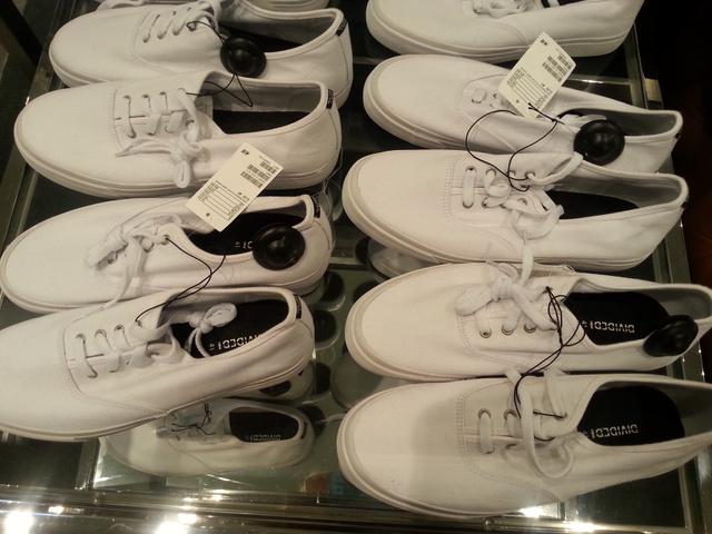 H&M: 3990 forint egy sima fehér tornacipő