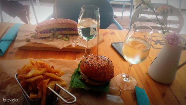 Halburger és vízikutya a Kishableányban