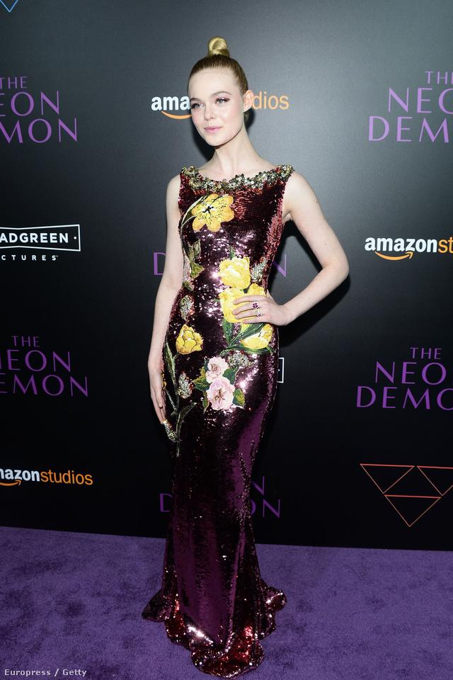 Hollywoodi dívának öltözött a Los Angeles-i premier alkalmából. A flitterekkel díszített virágos ruhát a Dolce & Gabbana kollekciójából választotta Fanning öltöztetőnője.