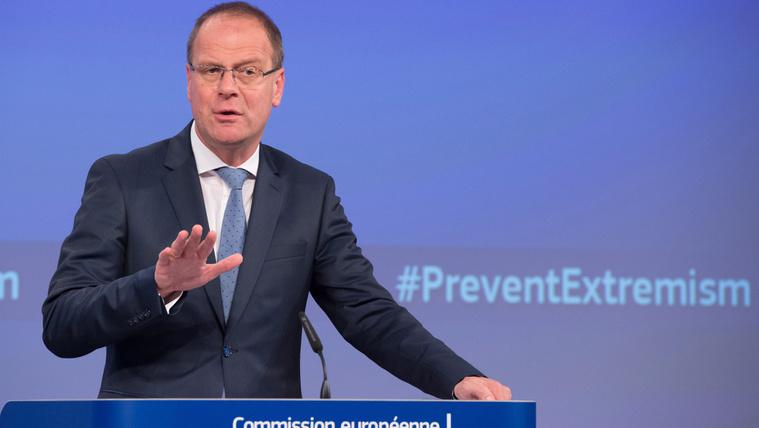 Navracsics diplomatikusan bírálja a Fideszt Brüsszelből
