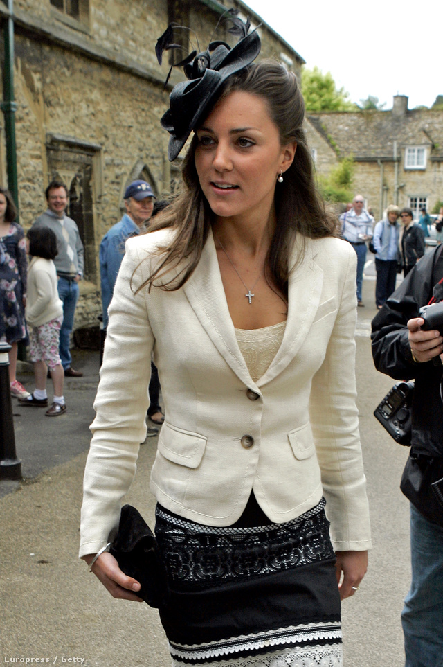 Ezt a fekete-fehér összeállítást dobta fel ezzel a feltűnő kalappal egy 2005-ös esküvőn.