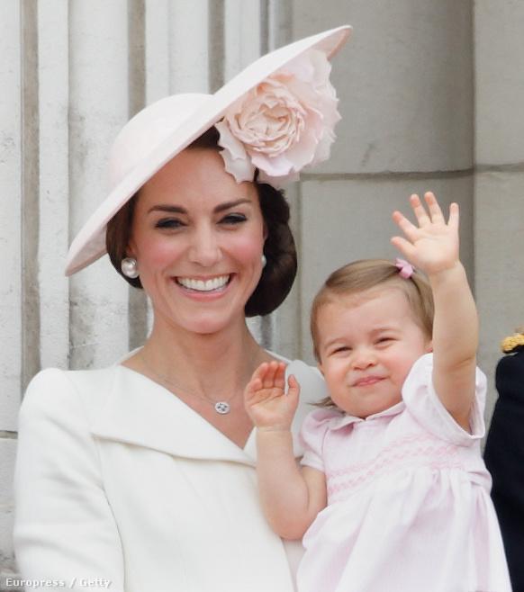 Ebben a gyöngyörű Philip Treacy kalapban ünnepelte a királynő 90.születésnapját június elején.