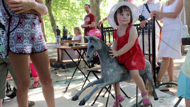 Ez mind ingyen lesz júliusban: pécsi fényfesztiváltól a párizsi plázsig